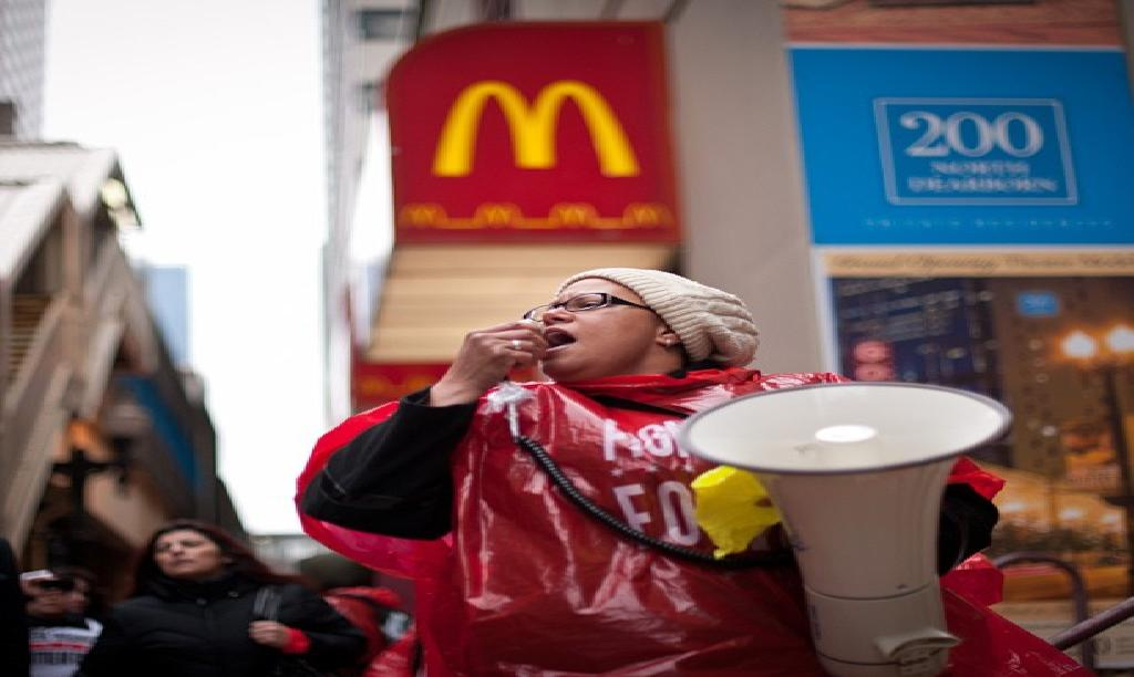 Fast food workers strike in downtown Chicago to advocate ...